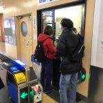 駅改札にて窓口の駅員さんと同行援護スタッフが対応している様子です。